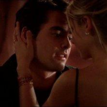 Adam Kaufman e Sarah Michelle Gellar in una scena dell'episodio 'L'accecante luce del giorno' della quarta stagione di Buffy - L'ammazzavampiri
