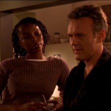 Anthony Head e Phina Oruche nell'episodio 'La matricola' della quarta stagione di Buffy - L'ammazzavampiri