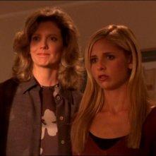 Kristine Sutherland e Sarah Michelle Gellar in un'immagine dall'episodio 'La matricola' della quarta stagione di Buffy - L'ammazzavampiri