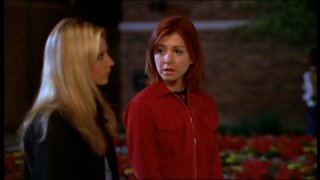 Sarah Michelle Gellar e Alyson Hannigan in una scena dell'episodio 'L'accecante luce del giorno' della quarta stagione di Buffy - L'ammazzavampiri