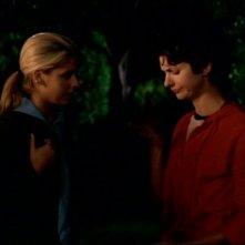 Sarah Michelle Gellar e Dagney Kerr in una scena dell'episodio 'Fuga dall'oltretomba' della quarta stagione di Buffy - L'ammazzavampiri