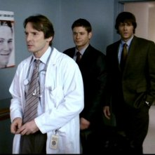 Jared Padalecki, Jensen Ackles e Adrian Hough nel ruolo del diabolico dottore in 'Qualcosa di stregato' di Supernatural