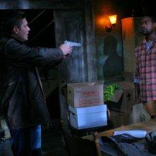 Jensen Ackles, nel ruolo di Dean, tiene sotto tiro Gordon, interpretato da Sterling K. Brown, nell'episodio 'Bloodlust',  della serie Supernatural
