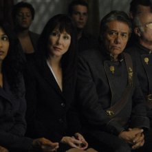 Rekha Sharma, Mary McDonnell, Edward James Olmos e Michael Hogan in una scena dell'episodio 'The Ties That Bind' della quarta stagione di Battlestar Galactica