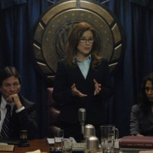 Richard Hatch, Mary McDonnell e Rekha Sharma in una scena dell'episodio 'The Ties That Bind' della quarta stagione di Battlestar Galactica