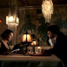 Taylor Cole e Jared Padalecki, nei ruoli di Sarah e Sam, durante una cena romantica nell'episodio 'Il quadro maledetto' di Supernatural