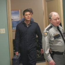 Ackles e Padalecki con Stephen E. Miller nell'episodio 'Nightshifter' della serie tv Supernatural