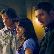 Jensen Ackles, Jared Padalecki e Emmanuelle Vaugier nel ruolo di Madison nell'episodio 'Heart' della serie Supernatural