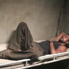 Naveen Andrews in una scena dell'episodio 4x08 di Lost