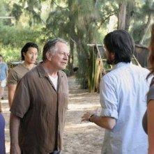 Sam Anderson e Jeremy Davies discutono in spiaggia in una scena dell'episodio 4x10 di Lost