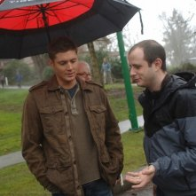 Jensen Ackles con Eric Kripke, il creatore della serie Supernatural sul set dell'episodio 'What is and what should never be'