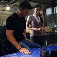 Jensen Ackles con Aimee Garcia nell'episodio 'Jus in Bello' della serie Supernatural