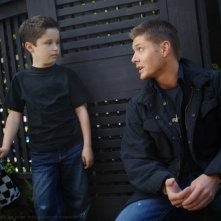 Jensen Ackles e il piccolo Nicholas Elia nell'episodio 'The Kids are alright' della serie Supernatural