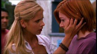 Sarah Michelle Gellar e Alyson Hannigan in una scena dell'episodio 'Lupi mannari' della quarta stagione di Buffy - L'ammazzavampiri