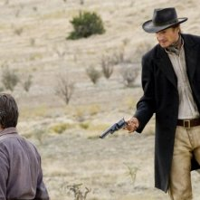 Pierce Brosnan con Liam Neeson in una scena del film Caccia spietata