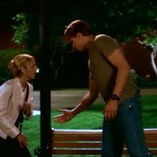 Sarah Michelle Gellar e Marc Blucas in una scena dell'episodio 'Le pattuglie della notte' della quarta stagione di Buffy - L'ammazzavampiri