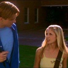 Sarah Michelle Gellar e Marc Blucas in una sequenza dell'episodio 'Le pattuglie della notte' della quarta stagione di Buffy - L'ammazzavampiri