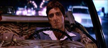 Al Pacino in una sequenza di SCARFACE (1983)