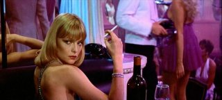 una seducente Michelle Pfeiffer in una scena di SCARFACE