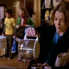 Ellen Pompeo e, sullo sfondo, Katherine Heigl e T.R. Knight nell'episodio 'Cerchi di fuoco' della serie 'Grey's Anatomy'