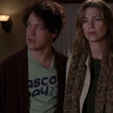 T.R. Knight e Ellen Pompeo nell'episodio 'Grandma got run over by a reindeer' della serie Grey's Anatomy