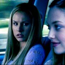 Amanda Seyfried e Kristen Bell in una scena dell'episodio 'Questione di fiducia' della prima stagione di 'Veronica Mars'