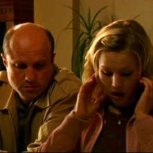 Enrico Colantoni e Kristen Bell in una scena dell'episodio 'Questione di fiducia' della prima stagione di 'Veronica Mars'