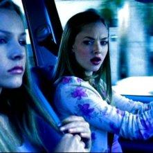 Kristen Bell e Amanda Seyfried in una scena dell'episodio 'Questione di fiducia' della prima stagione di 'Veronica Mars'