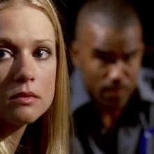 A.J. Cook in primo piano e Shemar Moore sullo sfondo, in una scena dell'episodio 'Scared to Death' della serie tv Criminal Minds