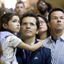 Ashlyn Sanchez, John Leguizamo e Mark Wahlberg in una scena del film E venne il giorno