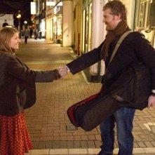 Markéta Irglová e Glen Hansard in una scena del film Once, del 2006