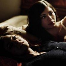 Monica Bellucci accanto a Lavinia Longhi in una scena del film Sangue pazzo