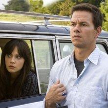 Zooey Deschanel e Mark Wahlberg in una scena del film E venne il giorno