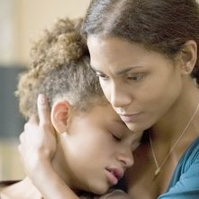 Alexis Llewellyn e Halle Berry in una scena del film Noi due sconosciuti