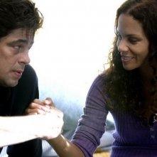 Benicio Del Toro con Halle Berry in una scena del film Noi due sconosciuti