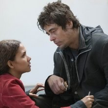 Benicio Del Toro e Halle Berry in una scena del film Noi due sconosciuti