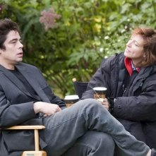 Benicio Del Toro e la regista Susanne Bier sul set del film Noi due sconosciuti