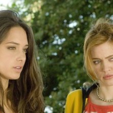 Clizia Fornasier e Nathalie Rapti Gomez in una sequenza del film Ultimi della classe