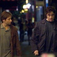 David Duchovny e Benicio Del Toro in una scena del film Noi due sconosciuti