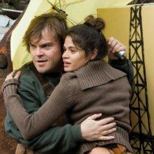 Jack Black abbracciato a Melonie Diaz in una scena del film Be Kind Rewind