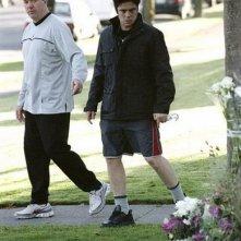 John Carroll Lynch e Benicio Del Toro in una scena del film Noi due sconosciuti