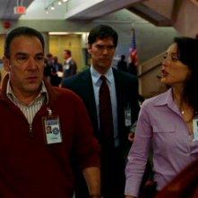 Mandy Patinkin, Lola Glaudini e in secondo piano Thomas Gibson nel pilot della serie Criminal Minds, dal titolo 'Extreme Aggressor'