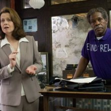Sigourney Weaver e Danny Glover in una scena del film Be Kind Rewind