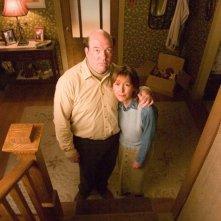 John Carroll Lynch e Cynthia Stevenson in una scena del film Full of it