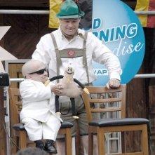 Verne Troyer e il regista Uwe Boll in un'immagine sul set di Postal