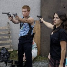 Zach Ward e Jackie Tohn in una scena action del film Postal