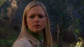 A.J. Cook interpreta J.J. mentre si trova sulla scena di un crimine nell'episodio 'The Popular Kids' della serie Criminal Minds