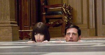 Anne Hathaway e Steve Carell in una sequenza del film Agente Smart - Casino Totale