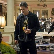 Keanu Reeves e Chris Evans in una scena del film La notte non aspetta