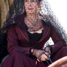 veletta e look dark per Anjelica Huston in una scena del film Caccia spietata